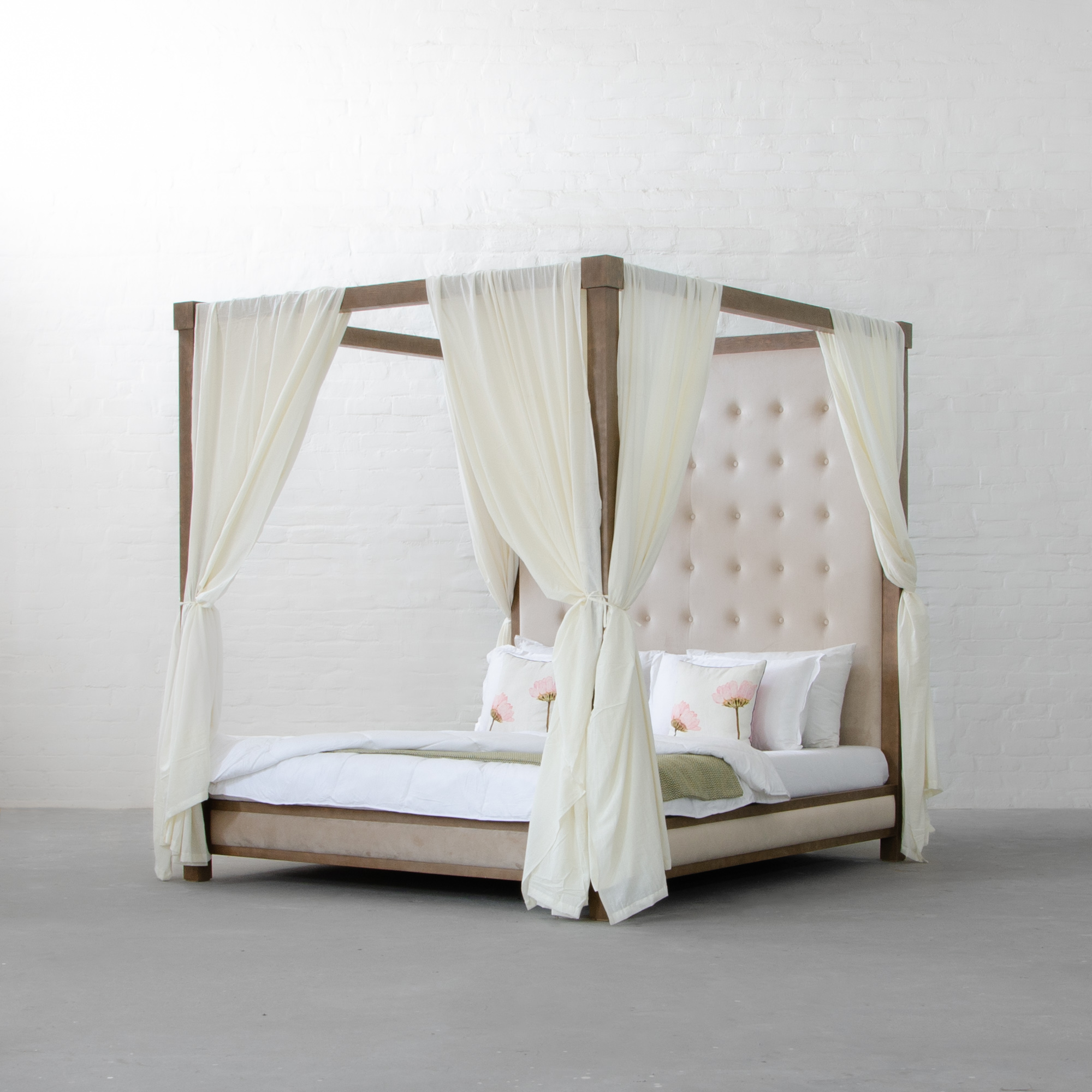 Poster bed<abbr>Jaipur, Rajasthan<br>Western hemlock contemporary style bed with a royal touch.</abbr>